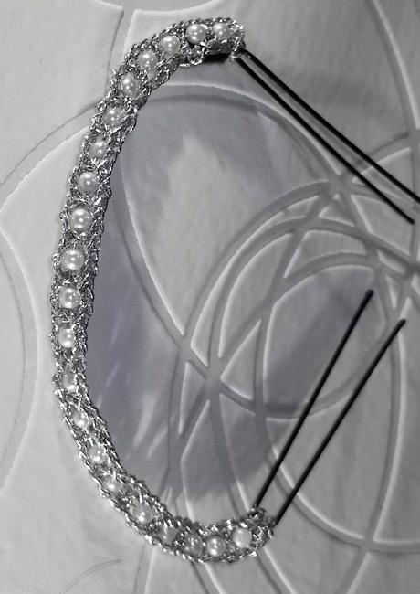 Original toque realizado mendiante hilo plateado y pequeñas perlas. Ideal para cabellos recogidos en moño.